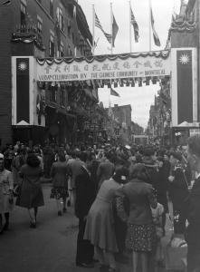 La foule envahit les rues De La Gauchetière Ouest et Mansfield après le passage du défilé.