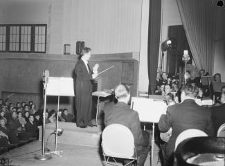 Le chef d'orchestre Jean Deslauriers au pupitre de l'Orchestre des concerts symphoniques de Montréal, lors d'un concert commandité par la compagnie Dow et radiodiffusé par la station radiophonique de CBC à Montréal