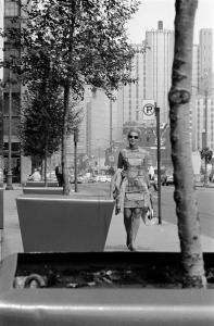 Femme marchant sur un trottoir du centre-ville