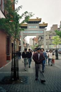Scène de rue dans le Quartier chinois avec les nouvelles arches.