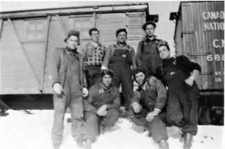 Groupe d'immigrants açoriens travaillant pour les chemins de fer au Québec à la fin des années 1950.
