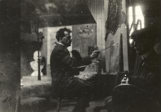 Peintre peignant un modèle masculin