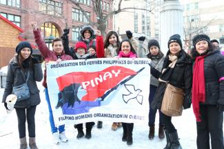Des militantes de l'organisme PINAY Québec participent ici à une marche à l'occasion de la Journée internationale de la femme le 8 mars 2014.