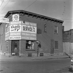 Photo en noir et blanc montrant un magasin de radio et de télévision.