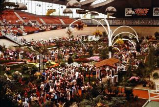 Les floralies intérieures dans le vélodrome accueillent de nombreux visiteurs.