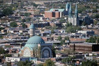 Vue à vol d'oiseau montrant une partie du Mile End avec l'église St. Michael the Archangel au centre.