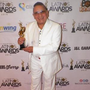 Joé Armando avec son prix Grammy latino