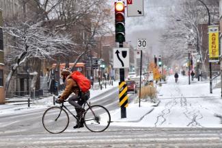 Cycliste d'hiver à Montréal