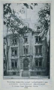 Au bas de la photo, il est inscrit « Troisième immeuble (actuellement) occupé par l'Union nationale française. 71 avenue Viger, Montréal, Canada, 1908 »