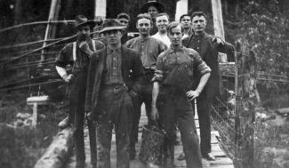 Groupe de travailleurs : Canadiens, Américains, Suédois, Italiens et Écossais dans un baraquement de chantier des Chemins de fer nationaux du Canada.