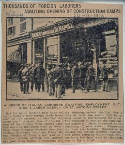 Un article de journal, daté du 24 avril 1913, titre « Thousands of foreign laborers awaiting opening of construction camps ». Sous l'image, on peut lire « A group of Italian laborers awaiting employment outside a labor agency on St-Antoine Street ».