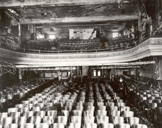 Vue intérieure du Laurier Palace le lendemain de l'incendie