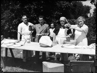 Quelques italiens cuisinant des pâtes lors d'un pique-nique international regroupant plusieurs communautés ethnoculturels dans un parc à Ville LaSalle.