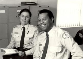 Édouard Anglade, premier policier noir du Service de police de la Ville de Montréal, et une collègue.
