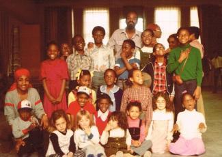 Groupe d'enfants et deux adultes prennent la pose