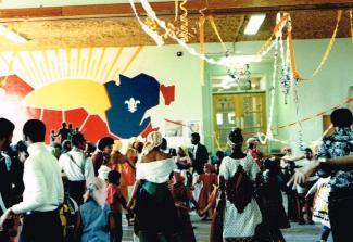 Groupe de personnes, hommes, femmes et enfants, dansant dans une grande salle