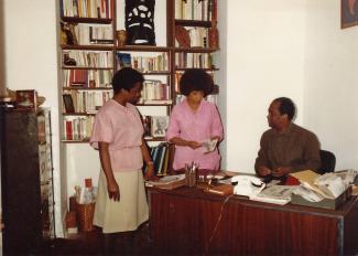 Le bureau, pièce principale de l'appartement, où se trouvaient les deux tables de travail. Nous voyons assis Max Chancy, debout Adeline Chancy (au centre) et Elisabeth Philibert (à gauche).