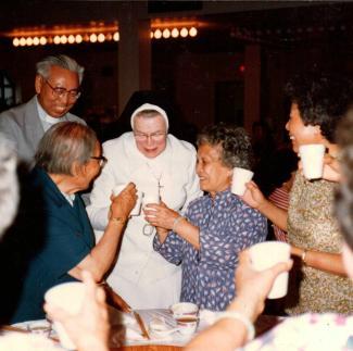 Le père Thomas Tou en compagnie d'une religieuse et de membres de la communauté chinoise