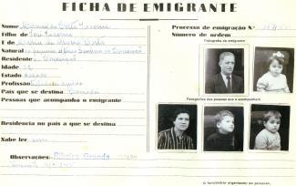 Document intitulé ficha de emigrante, daté du 22 février 1954, comprenant de petites photos des cinq membres de la famille Jacome.