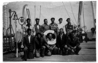 Photo d'un groupe d'immigrants venant du Portugal et arrivant au Canada par bateau en 1954.