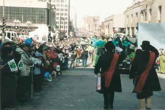 Vue du défilé sur Sainte-Catherine vers la Place des arts