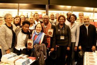 Joséphine Bacon, écrivaine autochtone, avec des écrivains haïtiens au Salon du Livre de Montréal.