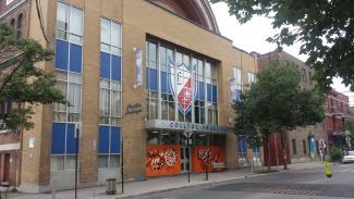 Photographie contemporaire d'un bâtiment abritant une école.