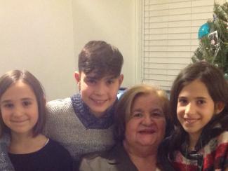 Une grand-mère avec ses trois petits-enfants.