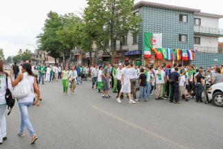 Une foule réunie devant des commerces du Petit Maghreb.