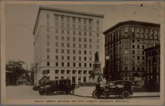 Carte postale noir et blanc montrant le monument King Edward et deux édifices sur le square Phillips.