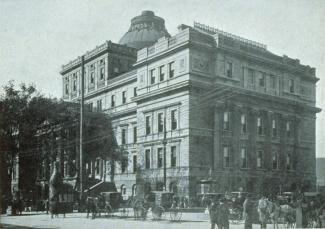 Photo ancienne d'un palais de justice à partir de la rue Notre-Dame avec des calèches et des hommes en avant-plan.
