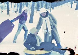 Trois femmes glissent sur le mont Royal en hiver