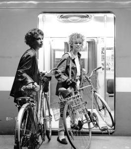 Deux jeunes filles entrent dans un wagon du métro avec leur vélo.