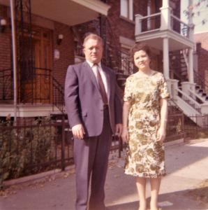 Les parents de José-Louis Jacome devant leur maison de la rue Drolet.