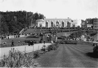 Célébrations de la fête du travail à l'Oratoire Saint-Joseph du Mont-Royal en 1925.