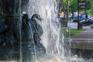 Photo couleur gros plan de la fontaine aux Canards