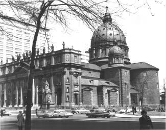 Photo de la cathédrale Marie-Reine-du-Monde et du monument à Mgr Bourget
