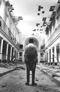 Un paroissien dans l'église Saint-Henri au moment de la démolition.