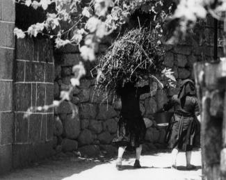 Deux femmes au travail dans une province rurale au Portugal dans les années 1970.