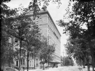Façade du Ritz-Carlton sur Sherbrooke Ouest vers 1900-1925.