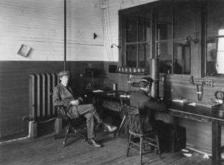 Guglielmo Marconi dans sa station de radiotélégraphie de Glace Bay en Nouvelle-Écosse en 1907.