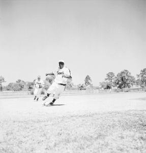 Jackie Robinson en pleine course en route vers le marbre lors d'une partie des Royaux à Daytona en Floride en 1946.