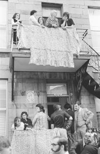 Amis et familles portugais sur les balcons d'un duplex.
