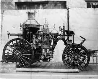Photographie latérale d'une pompe à vapeur.