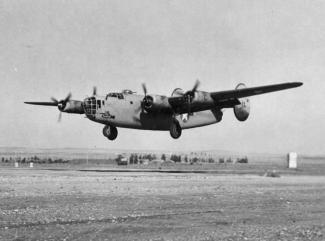 Un bombardier B-24 américain en plein vol en 1943.