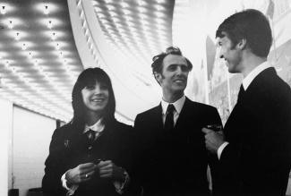 Renée Claude, Gilles Vignault, Stéphane Venne sous les lumières de l'entrée de l'Expo Théâtre
