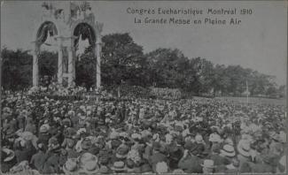 Foule regardant une fanfare pendant la grande procession du congrès eucharistique.