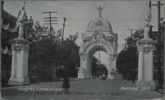 Arche située au coin des rues Cherrier et St-Hubert pour la grande procession du congrès eucharistique.
