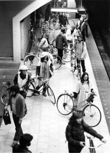 Premiere manifestation du Monde à bicyclette à l'intérieur du métro revendiquant le droit d'y transporter les bicyclettes