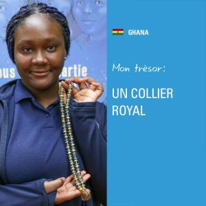 Une jeune fille tient un collier